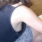 いくら暑からってその格好でノーブラはあかん!ノースリーブの袖口から乳首wwwww