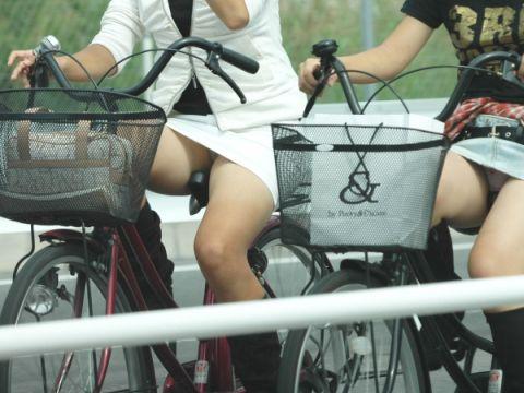 ハプニング不可避のミニスカ自転車!!どうやら本人達はギリギリ見えてないつもりらしいwww