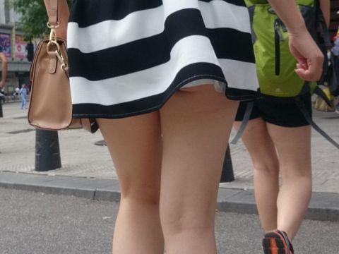 足フェチじゃなくても勃起してしまう!!超短いスカートから生足露出して街中を闊歩…