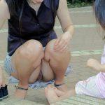 奥さ~ん、パンツまる見えですよwww公園で子どもと戯れるママさんの股間緩すぎてワロタwww