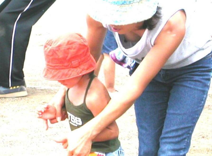 【子連れママ胸チラエロ画像】子供に吸われた乳首がやべぇぇぇ!奥さ~ん、いくら育児中でも胸元ガバガバ過ぎでっせ~www その9
