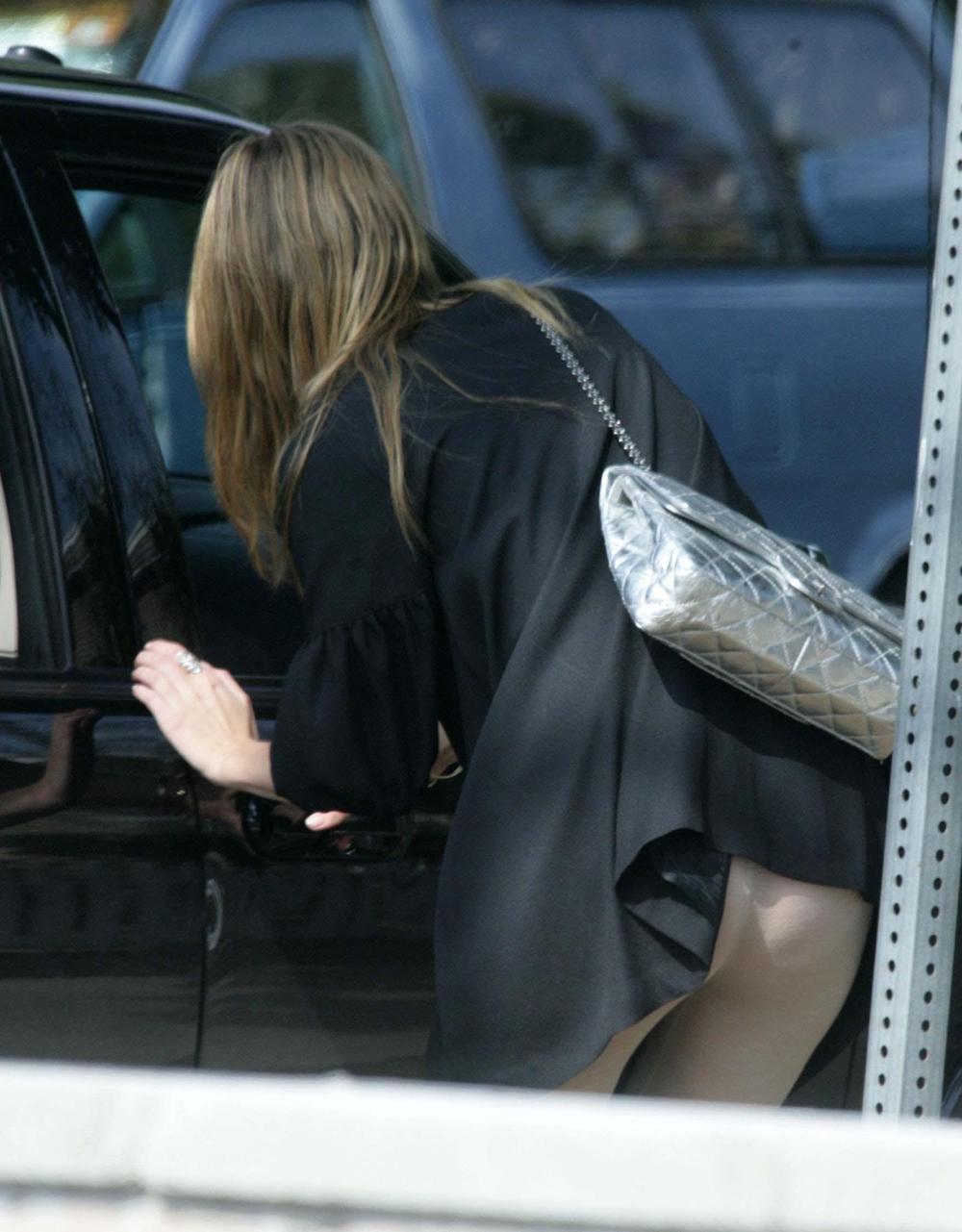 【ハプニングパンチラエロ画像】なんだこれwwwパンチラしてるのに気づかねーの?スカートが引っ掛かってるま~んwww その1