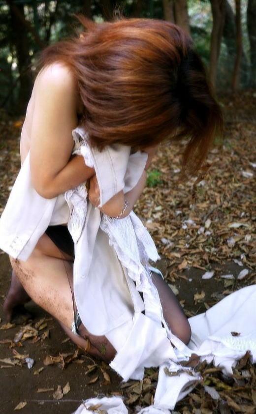 【レイプエロ画像】なにがあった!?ビリビリに破かれた服が否が応でもレイプ事後を想像して興奮するンゴwwww その2