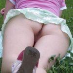 いくらリラックスしたいからってノーパンはダメだろwww公園の芝生の上マンコまる出しな外国人!