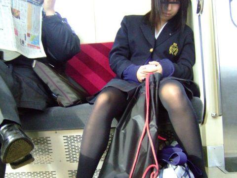 【街撮りJkエロ画像】男の理性が崩壊する冬の女子高生…黒パンスト穿いた美脚にザーメンぶっかけたくなる街撮り画像
