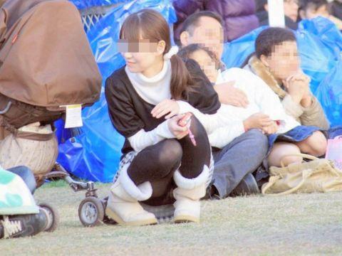 これが人妻の色気…子連れママさんのうっかりパンチラがちょーエロい街撮り盗撮画像