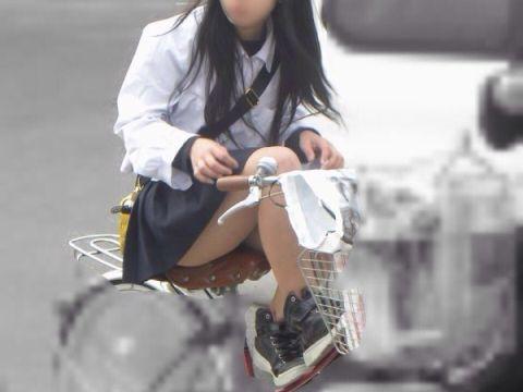 短いスカートなのに…自転車通学する女子高生の太ももが激エロ!美脚フェチ歓喜の街撮りエロ画像