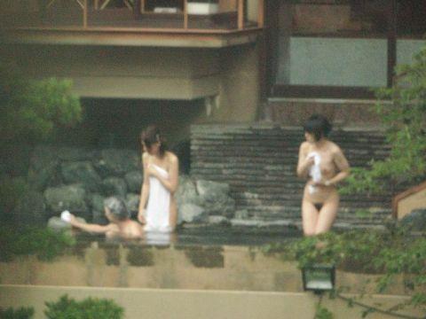 盗撮された女子露天風呂…女性たちの全裸がまる見えのアングルがやばすぎる!背徳感が桁違いの露天風呂エロ画像