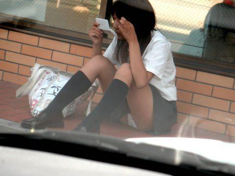 女子●生の可愛いパンチラにキュンキュンしちゃう!街中で見かけたエッチな天然パンチラ画像
